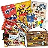 Süßigkeiten in kultiger DDR-Box - Rotstern Pittiplatsch Konfekttäfelchen, Doppelkeks Mini mit Kakaocreme Wikinger, Liebesperlen in Babyfläschchen uvm. +++ Ostprodukte aus der DDR mit Charme +++ (N)ostalgische Erinnerungsstücke für Ossi-Gebliebene +++ Ostproduktepaket Geschenkbox für den Mann für die Frau Geschenk Weihnachten für Männer Geschenkeset zu Weihnachten für Mama Weihnachtsgeschenkidee für Ehemann Geschenk für Ihn Weihnachten Geschenkset für Freund Weihnachten