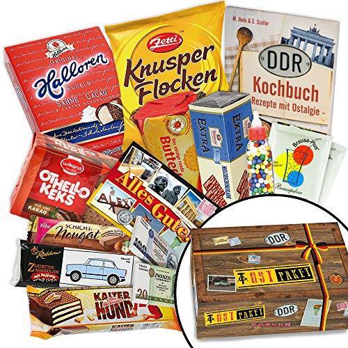 Süßes Paket für DDR-Naschkatzen - Viba Nougat-Stange, Zetti Knusperflocken Zartbitter, Pfeffi Stange 5er uvm. +++ Traditionsprodukte in schicker Box mit Motiven aus der DDR +++ INKLUSIVE handlichem Büchlein mit Kochrezepten aus der DDR zum Wiederentdecken +++ für DDR-Entdecker und echte Ossi-Fans +++ Geschenkidee und Präsenkorb für jeden Anlass Geschenkidee zu Weihnachten für Frauen Geschenkeset zu Weihnachten für Freund Geschenkeset zu Weihnachten für Ehemann Geschenke zu Weihnachten