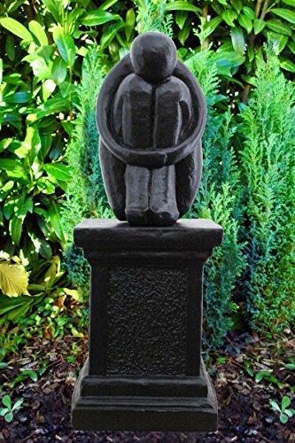 Steinfigur Single auf Säule in Schwarz, abstrakte Deko-Figur für Haus und Garten, moderne Statue als Garten-figur