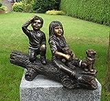 Bonita Figura de dos niños con su perro...