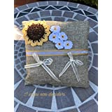Cuscinetto portafedi in juta, decorato con girasole e margheritine lavorate all'uncinetto.