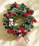 Türkranz mit Teddybär - Türschmuck - Weihnachtszeit - Wandkranz - Weihnachtskranz - Tischkranz - Weihnachten - Kranz - Adventskranz - Weihnachtsdeko - Weihnachtskranz - Tischgesteck - Tischdeko - Wanddeko - Winterkranz - Dekoration - Dekokranz - Tannengrün - Kugeln - Beeren - Sterne - Teddybär - Rattan - Kunststoff - grün - ∅ 30 cm