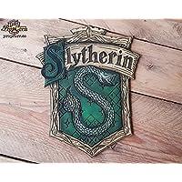 Haus Slytherin Holz Schild. Das Schlangenhaus. Ehrgeizig und gerissen. Hergestellt aus Holz und handbemalt und für einen Filmlook gealtert