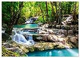 ARTBAY Tropischer Wasserfall im Wald - Poster XXL - 140 x 100 cm |Zauberhafter Wasserfall in Einem von Sonne durchfluteten Wald, Thailand | Natur Poster |Hochauflösende Wanddekoration