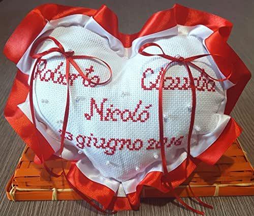Crociedelizie, Cuscino fedi portafedi ricamato a puntocroce con nomi sposi + data matrimonio + nome figlio forma cuore con doppio volant in raso