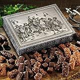 Weihnachts-gebäck Kaisertruhe (1kg Maße: 31 x 23 x 8 cm) Eine silberne Truhe mit sehr detaillierter Prägung zeigt das Königspaar zu Pferde nebst Gefolge