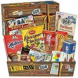DDR-Kultprodukte in praktischer Box - Apfel Waldmeister Bonbons Bodeta, Kalter-Hund Blister, Viba Nougat Stange uvm. +++ Ossi-Süßigkeiten in kultiger Verpackung +++ DDR-Süßigkeiten-Geschenkeset für echte Ossi-Männer und Ossi-Frauen +++ Spezialitätenbox mit typischen Produkten der DDR +++ ausgefallene Geschenkidee für jeden Anlass Geschenk Weihnachten für Papa Geschenkeset zu Weihnachten für Freund Geschenke zu Weihnachten für Oma Weihnachtsgeschenke für Frauen