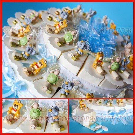 Torta bomboniera portaconfetti in cartoncino bianco decorato con strass e fiorellini celesti, ogni fetta è completa di statuette in resina colorata a forma di animaletti portafortuna su chiave con nappina in tessuto - bomboniera nascita,compleanno,battesimo,comunione(40 fette con confetti celesti)