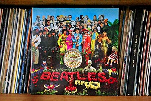 The Beatles eine 45,7x 30,5cm Fotografieren Fotodruck The Beatles Sergeant Pepper 's Lonely Hearts Club Band Album Cover Landschaft Foto Farbe Kunstdruck Bild. Fotografie von Andy Evans Fotos (Vinyl Abdeckungen Für Alben)