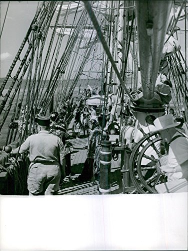 vintage-photo-of-people-on-a-sailboat-in-a-scene-from-the-1962-drama-film-mutiny-on-the-bounty