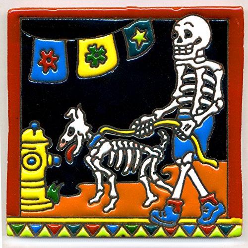 Dekofliese 008 Skelett - Gassi gehen mit dem Hund - 15x15 cm, handgemacht aus Mexiko z.B. als Untersetzer für Surfer, Gothic, Gag, Halloween, Dia de los muertos.