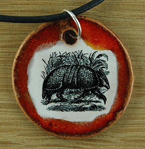 Echtes Kunsthandwerk: Toller Keramik Anhänger mit einem kleinen Gürteltier; Regenwald, Costa Rica, Brasilien, Urlaub, Tiere, Geschenk, Amulett, Talisman, Schmuck