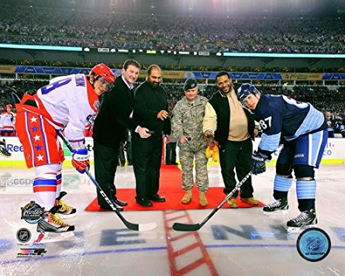 2011 NHL Winter Classic Ceremonial Face Off with sports legends Mario Lemieux former NFL player Franco Harris U.S. Army Sergeant First Class Bradley T. Tinstman and former NFL player Jerome Bettis Photo Print (40,64 x 50,80 cm) - Winter Classic Player