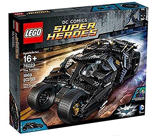 ¡Construye el asombroso Tumbler de la trilogía del Caballero Oscuro!Acepta el desafío y construye el asombroso Tumbler de Batman™, uno de los coches más famosos de la trilogía del Caballero Oscuro, al estilo LEGO®. Este vehículo blindado de color ne...
