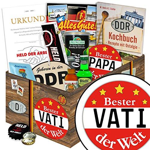 """Ossi Geschenke BESTER VATI DER WELT - Waren DDR """"echte Männer in der DDR """" inkl. Geschenkverpackung mit Ostmotiven. DAS Ostprodukte Geschenk für Männer mit Bier + Schnaps + Kondomen (Kostüm Schwangere Teenager)"""