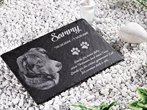 CHRISCK design Tiergrabstein Gedenkstein aus Schiefer Grabplatte mit Gravur Fotogravur 30x20 cm Grabstein für Haustiere Hund, Katze & Co. personalisiert mit Motiven und Wunschgravur