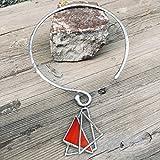 Collana rigida di design realizzata a mano mediante tecnica della saldatura continua con pendente mosaico di vetro trasparente e rosso con sfumature arancioni