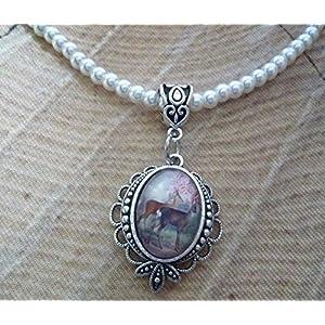Perlenkette in creme mit kleinem Cabochon-Anhänger in antik-silberfarben