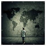 Wallario XXL Garten-Poster Outdoor-Poster - Kleiner Junge vor Weltkarte an grauer Beton-Wand in Premiumqualität, für den Außeneinsatz geeignet