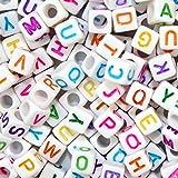 Goodlucky365 500 Buchstabenperlen mehrfärbige Buchstaben A-Z Buchstaben Weiß Acrylat Buchstaben Perlen zum auffaedeln A-Z Würfel Perlen Größe 6*6mm