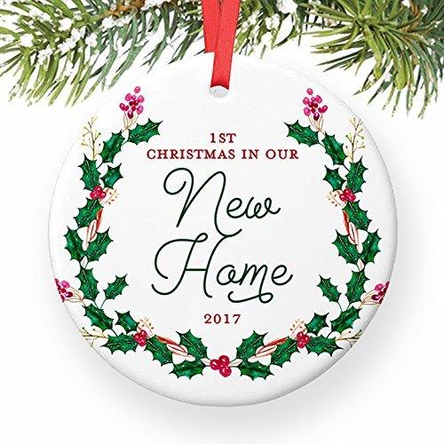New House 1st Christmas in unserem New Home datiert Jahr Erste Geschenk Hausbesitzer rund Weihnachten Ornament Andenken Xmas Tree Dekoration Hochzeit Jahrestag Geschenk Weihnachtsbaum Geschenk Idee (Datiert Weihnachtsbaum Ornamente)
