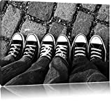 Chucks black and white Black Background Format: 100x70 cm auf Leinwand, XXL riesige Bilder fertig gerahmt mit Keilrahmen, Kunstdruck auf Wandbild mit Rahmen, günstiger als Gemälde oder Ölbild, kein Poster oder Plakat