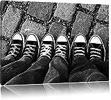 Chucks black and white Black Background Format: 100x70 cm auf Leinwand, XXL riesige Bilder fertig gerahmt mit Keilrahmen, Kunstdruck auf Wandbild mit Rahmen, günstiger als Gemälde oder Ölbild, kein Poster oder Plakat