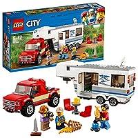 Carica il Pickup e Caravan... è ora di andare in vacanza!Porta la famiglia nella natura con il set Pickup e Caravan LEGO® City, contenente un grande caravan con lato apribile, porta, tetto anteriore rimovibile per accedere alla camera da letto, mobil...