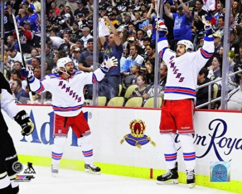 Rangers Stanley Cup York New (Dominic Moore and Brian Boyle of the New York Rangers celebrateafter Boyle scored a goal against the Pittsburgh Penguins in the first period of Game Seven of the Second Round of the 2014 NHL Stanley Cup Playoffs on May 13 2014. Photo Print (50,80 x 60,96 cm))