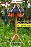 MASSIVHOLZ PREMIUM Vogelhaus blau-grau mit Fuß, sehr groß ca. 75 cm - Dachbreite, XXXL mit Anflugbrett / Landebahn + LED - Beleuchtung / Licht +, Massivholz,wetterfest , mit Silo/Futtersilo für Winterfütterung,Gartendeko aus Holz blau mit Ständer blaue BGXA75blMS,
