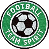 2er-Pack, Fussball Abzeichen 60 x 60 mm grün / Football Team Spirit / Applikation Aufbügler Aufnäher Patch Bügelbild / Iron on Patches für Team Dress Trikot Shirt Short Cap Tasche / Fußball Mannschaft Verein Fan Stick gestickt