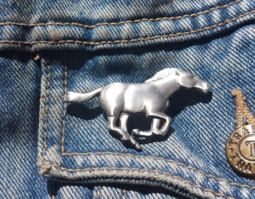 Running horse Brosche Zinn Anstecknadel Revers Free UK Post Zinn Pin Badge Wild Life Animal Geschenk -