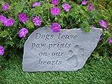 """Großer Gedenkstein für Hunde, mit Aufschrift """"Dogs leave paw prints"""""""