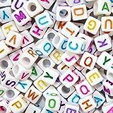 Imbry 500 Stück Buchstaben Perlen zum Auffädeln gemischte Weiße Perlen mit bunten Buchstaben A-Z Würfelperlen (6MM,