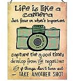 La vita é come una macchina fotografica, targhetta da parete vintage con scritta in inglese, alta qualitá retro