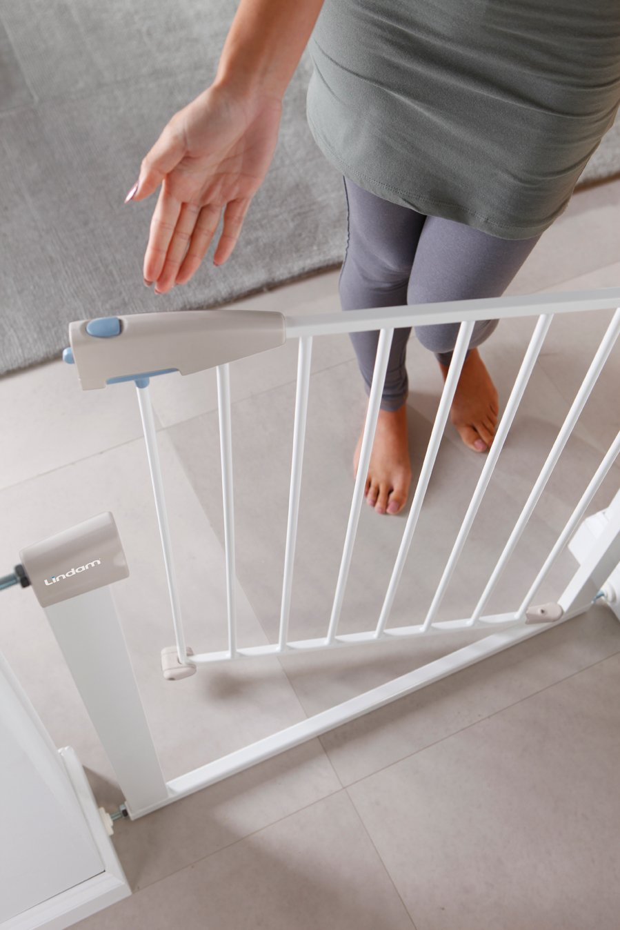 Lindam Sure Shut Porte Pressure Fit Safety Gate, White, 76-82 cm Lindam Easy close, push to shut closing mechanism; squeeze and lift handle for easy one handed adult opening Four point pressure fit - U shaped power frame provides solid pressure fitting; pressure indicator assures baby gate is installed correctly One way opening for use on bottom of stairs; two way opening for use in doorways providing maximum flexibility; optional second lock at base of baby gate 4