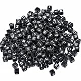 500 Stück Buchstaben Perlen Acryl Perlen Bastelperlen Craft Perlen Schwarze Perlen mit Weiße Buchstaben A-z Würfelperlen 6x6mm für Armbänder Auffädeln, Halsketten, Schlüsselanhänger und Kinderschmuck