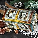 Truhe Winterimpressionen gefüllt mit Lebkuchen (725g, Maße: 26 x 13,5 x 13 cm) Diese bezaubernde Truhe ist mit Kinderbuch-Illustrationen aus der Zeit um 1900 verziert und lässt die Herzen aller Liebhaber hochwertiger Zeichenkunst höher schlagen. €34,41/kg
