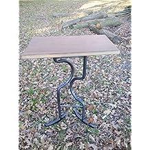 Mesa de hierro forjado con tablero de madera de castaño reciclada. Pieza única.