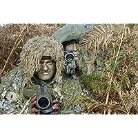 Andrew Chittock/Stocktrek Images–Un esercito britannico Sniper Team vestito di Ghillie Suit. poster (86,36x 57.40cm) - Ghillie Suits Suit