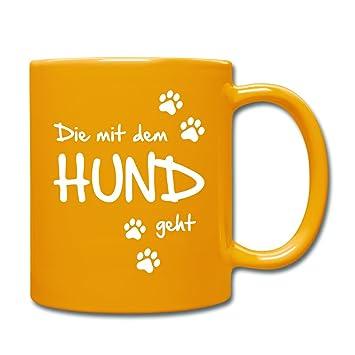 Amazon.de: Spreadshirt Die Mit Dem Hund Geht Gassi Hunde Spruch Tasse  einfarbig, Sonnengelb
