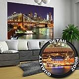 Papel pintado fotográfico - Vista de los rascacielos de la City de Nueva York y del Puente de Brooklyn (Brooklyn Bridge) iluminados de noche - imagen mural XXL, decoración mural 140 cm x 100 cm