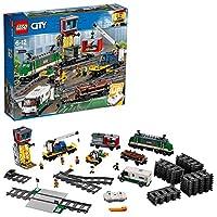Trasporta i carichi più pesanti con il Treno merci di LEGO® City!Carica il potente Treno merci LEGO® City 60198 e consegna le merci in tempo! Questo fantastico set LEGO City contiene un locomotore con telecomando Bluetooth a 10 velocità, cabina di gu...