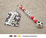 NAMENSANHÄNGER – Anhänger mit Namen | Baby Kinder Schlüsselanhänger für Wickeltasche, Kindergartentasche, Schultasche oder Rucksack mit Schlüsselring | Motiv Fussball in Vereinsfarben - rot, weiß