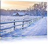 Rotes Holzhaus im Schnee Format: 120x80 cm auf Leinwand, XXL riesige Bilder fertig gerahmt mit Keilrahmen, Kunstdruck auf Wandbild mit Rahmen, günstiger als Gemälde oder Ölbild, kein Poster oder Plakat