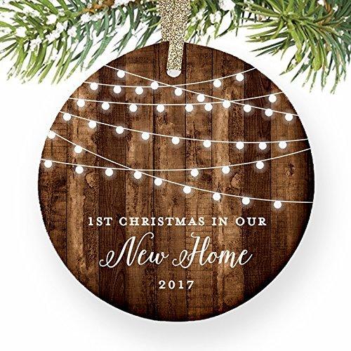 Weihnachtsbaum Decor Einzugs Geschenke datiert 1. Weihnachten in unsere neue House New Home Rustic Weihnachts Hauseigentümer Geschenk Ornaments für Kinder Weihnachts Jahrestag Geschenke (Datiert Weihnachtsbaum Ornamente)