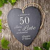 Casa Vivente Großes Schieferherz mit Gravur zur Goldenen Hochzeit - Personalisiert mit [Namen] und [Datum] - 50 Jahre in Liebe verbunden - Aufhängen mit Jute-Band - 23 cm x 27 cm x 0,66 cm - 2