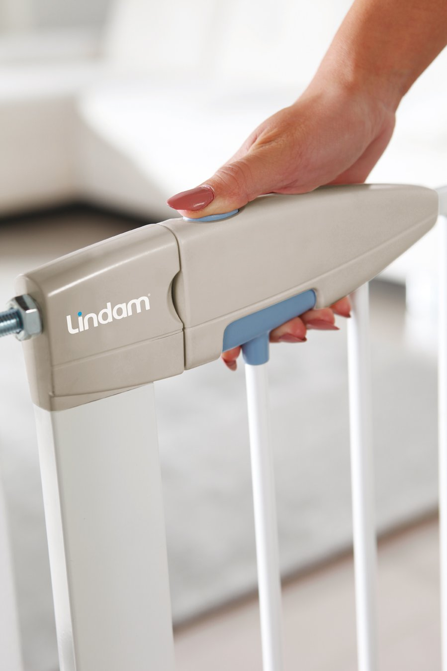 Lindam Sure Shut Porte Pressure Fit Safety Gate, White, 76-82 cm Lindam Easy close, push to shut closing mechanism; squeeze and lift handle for easy one handed adult opening Four point pressure fit - U shaped power frame provides solid pressure fitting; pressure indicator assures baby gate is installed correctly One way opening for use on bottom of stairs; two way opening for use in doorways providing maximum flexibility; optional second lock at base of baby gate 3