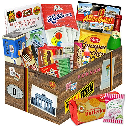 """DDR Süßigkeiten Box zum Verschenken + Das Geschenk für Ostalgiker + Viba Nougat Stange, Mokkabohnen Rotkäppchen Sekt Piccolo uvm. + Die Geschenk Idee aus dem Osten + inkl. Buch """"Bekannte (Film Ideen Kult Kostüme)"""