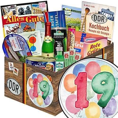 19 Geburtstag | Geschenk Set | in aquarell Zahl 19 | zum Geburtstag | Spezialitäten Geschenkbox | mit Viba Nougat Stange, Pfeffi Likör, Rotkäppchen Piccolo und mehr